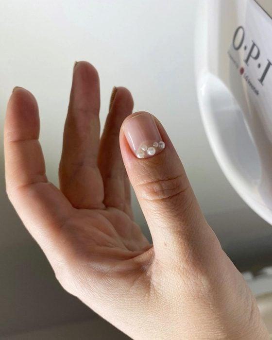 Manicura natural con perlas