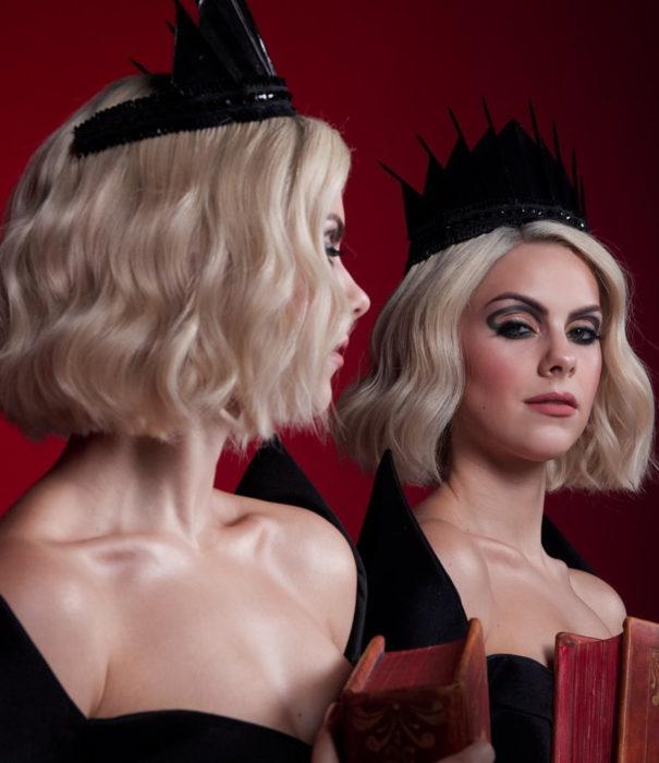 NYX saca una línea de maquillaje inspirada en El Mundo Oculto de Sabrina; mujer disfrazada de Sabrina Spellman
