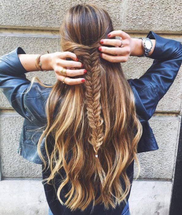 Media cola con trenza de espiga en cabello largo, ondulado