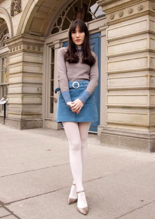 Outfits con medias de colores; chica en la calle con medias blancas, falda de mezclilla