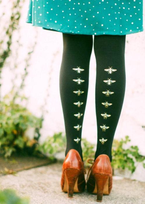 Outfits con medias de colores; medias verdes con estampado de insectos, abeja