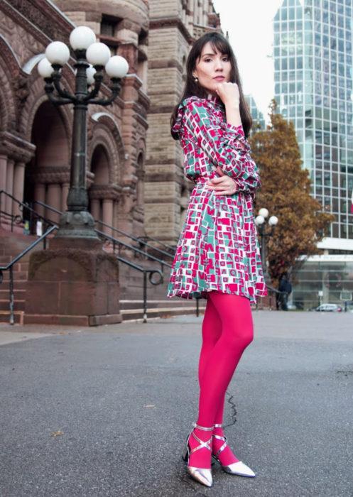 Outfits con medias de colores; chica con vestido de colores, medias rosas y zapatos plateados