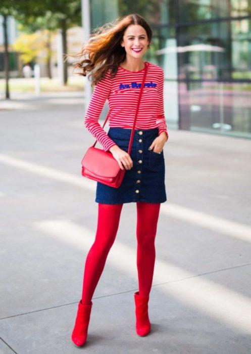 Outfits con medias de colores; chica con blusa de rayas, falda de mezclilla con botones, medias y botines rojos