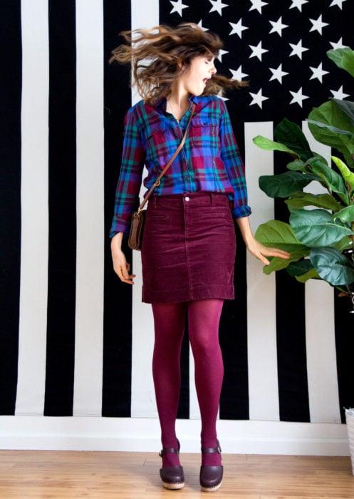 Outfits con medias de colores; chica con blusa de cuadros azules y morados, falda de pana color vino y medias rojas