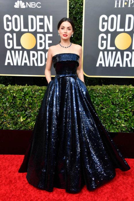 Ana de Armas llevando un vestido a lentejuelas en la alfombra de los Golden Globes 2020