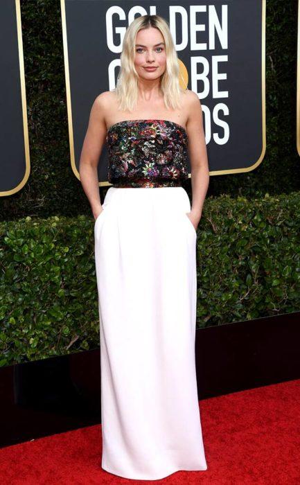 Margot Robbie llevando un vestido largo y blanco en la alfombra roja de los Golden Globes 2020