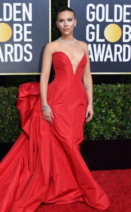 Scarlett Johansson con un vestido rojo en la alfombra de los Golden Globes
