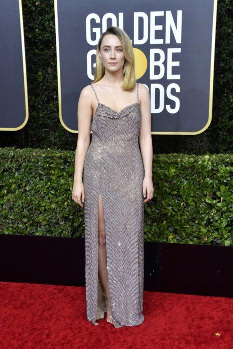 Saoirse Ronan con un vestido plataen la alfombra roja de los Golden Globes