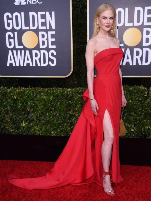 Nicole Kidman con un vestido roja y la entrepierna abierta en la alfombra roja de los Golden Globes 2020
