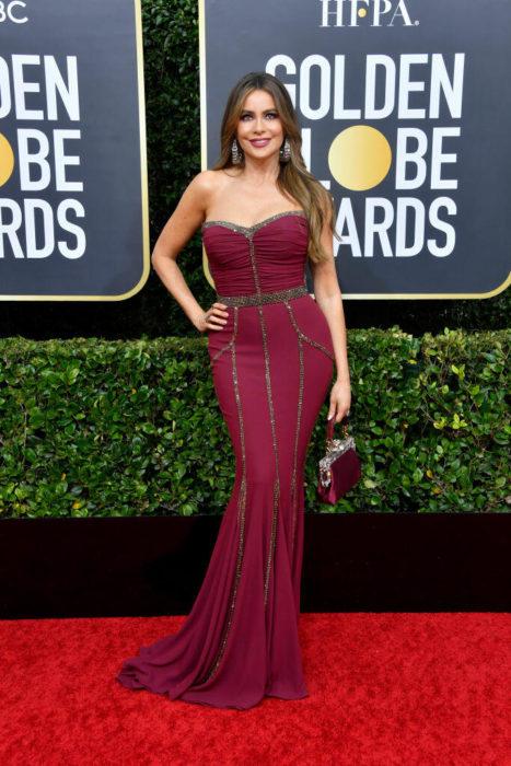 Sofia Vergara con unvestido vino en la alfombra roja de los Golden Globes 2020