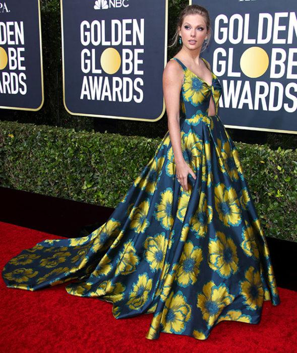 Taylor Swift Conun vestido verde y azul en la alfombra roja de los Golden Globes 2020