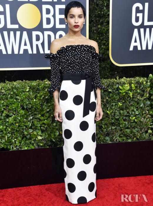 Zoë Kravitz con un vestido blanco y puntos negros en la alfombra roja de los Golden Globes