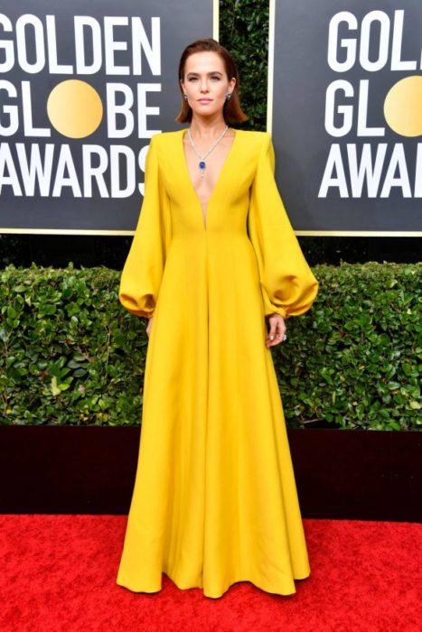 Zoey Deutchcon un vestido amarillo en la alfombra roja de los Golden Globes 2020