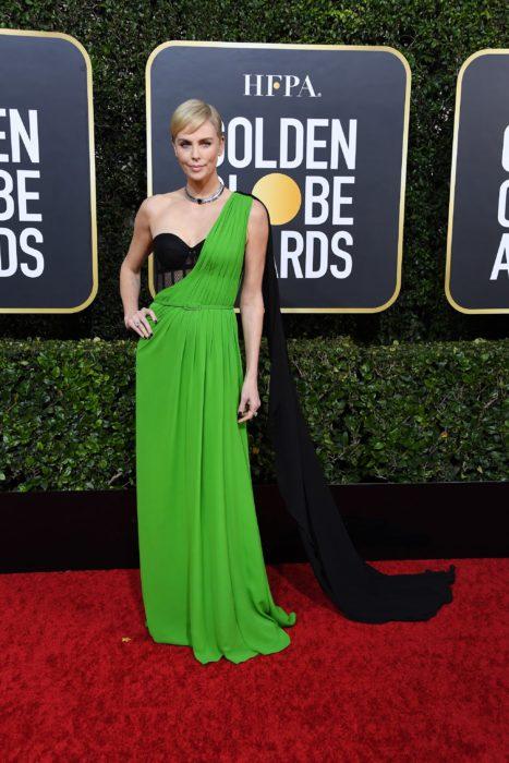 Charlize Theronllevando un vestido verde en la alfombra de los Golden Globes 2020