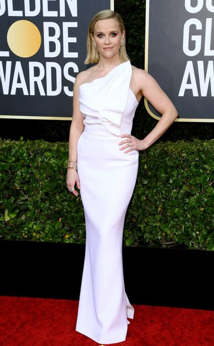Reese Witherspoon con vestido blanco e la alfombra roja de los Golden Globes 2020