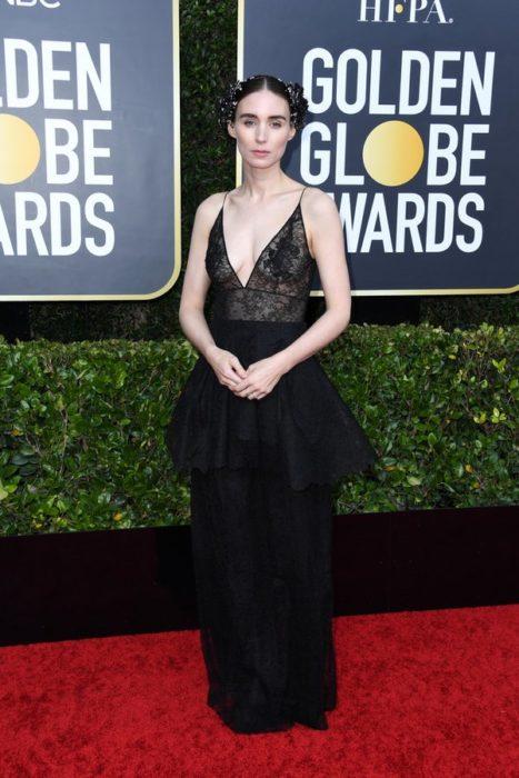 Rooney Maracon un vestido de encaje negro en la alfombra de los Golden Globes 2020