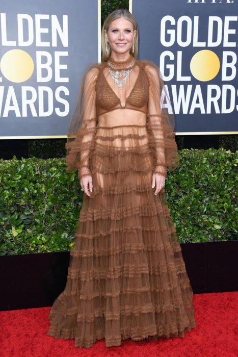 Gwyneth Paltrow con un vestido de encaje en color café en la alfombra roja de los Golden Globes 2020