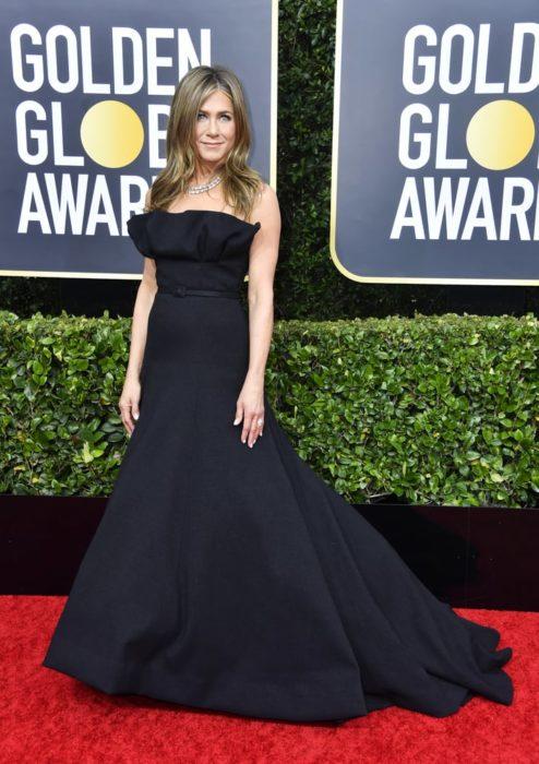Jennifer Aniston con un vestido negro en la alfombra roja de los Golden Globes 2020