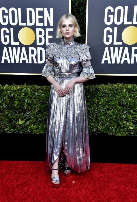Lucy Boynton con un vestido plata en la alfombra roja de los Golden Globes 2020