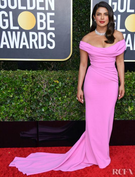 Priyanka Chopra con unvestido roja en la alfombra roja de los Golden Globes 2020