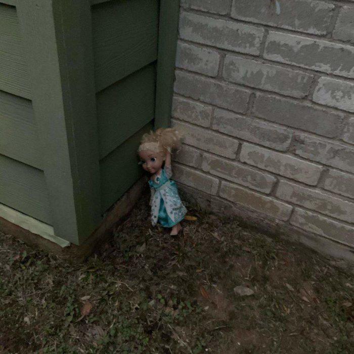 Muñeca Elsa de Disney en la esquina de un basurero