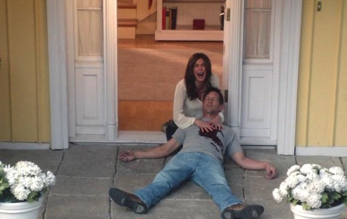 Mike Delfino recostado en el piso serie Esposas desesperadas