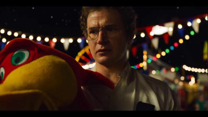 Dr. Alexei cargando un peluche en el parque de diversiones, Stranger Things
