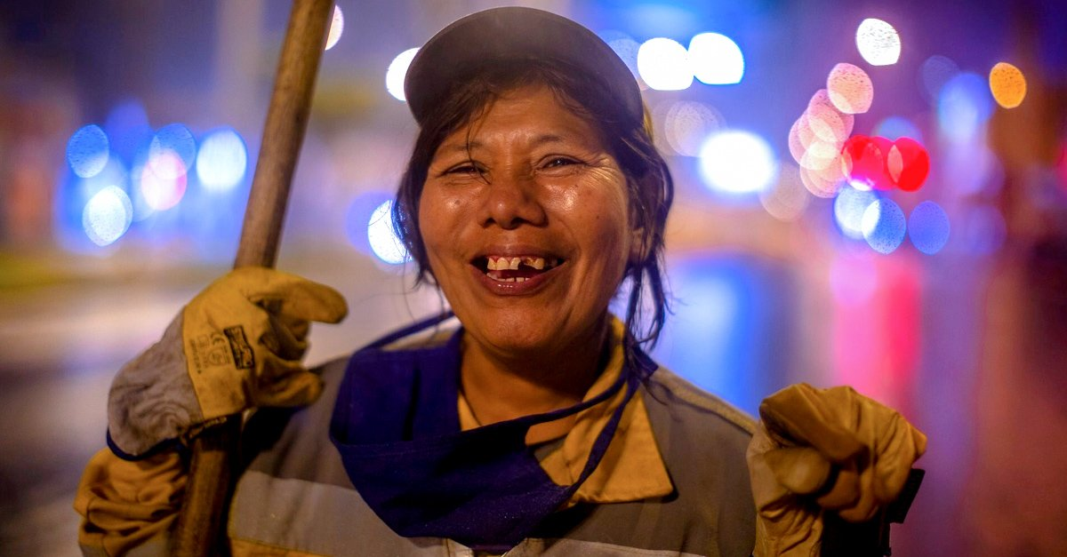 Con esfuerzo y amor mujer barre las calles de madrugada para que su hija pueda estudiar