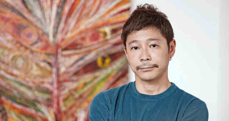 Yusaku Maezawa posando con los brazos cruzados para una fotografía