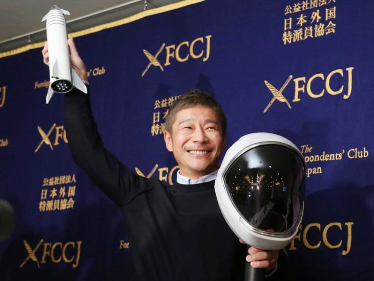 Yusaku Maezawa sosteniendo un casco espacial