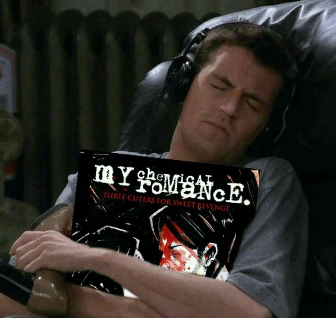 My Chemical Romance está de vuelta con un nuevo video, An Offering; Chandler de Friends abrazando disco de grupo emo MCR