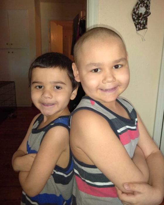 Niño llora de felicidad al vencer su enfermedad; hermanos
