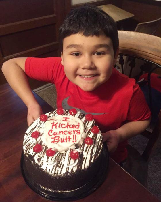 Niño llora de felicidad al vencer su enfermedad; hijo con pastel