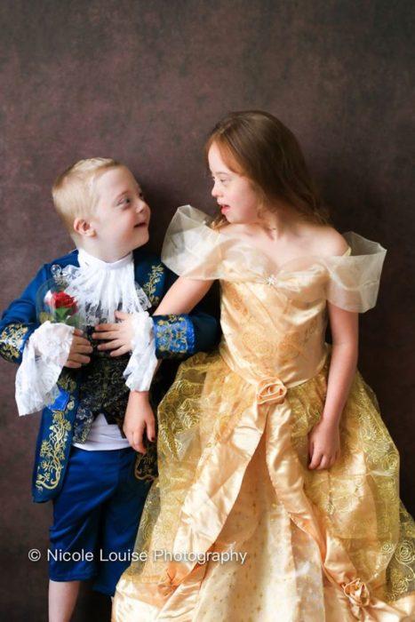 Niños ocn síndrome de Down posando como príncipe Adam y Bella, fotografía por Nicole Louise Perkins