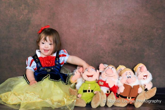 Niña con síndrome de Down, disfrazada como Blancanieves, fotografía por Nicole Louise Perkins