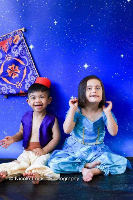 Niños con síndrome de Down disfrazados como Aladdin y Jazmin, fotografía por Nicole Louise Perkins