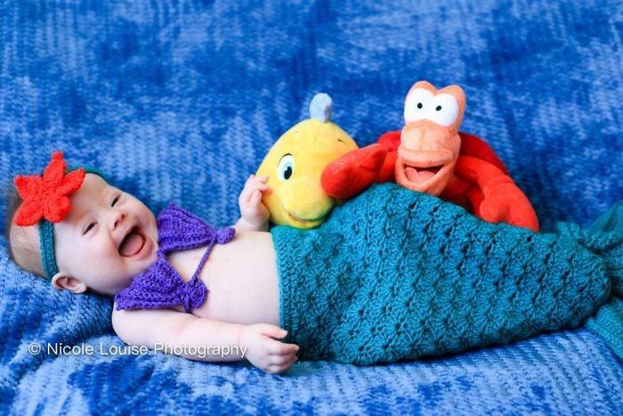 Niña son síndrome de Down disfrazada como Ariel, fotografía por Nicole Louise Perkins