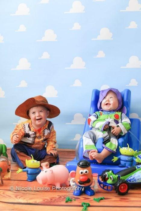 Nios ocn síndrome de Down posando como Woody y Buzz, fotografía por Nicole Louise Perkins