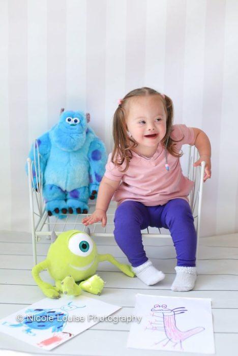 Niña con síndrome de Down disfrazada como Sully, fotografía por Nicole Louise Perkins
