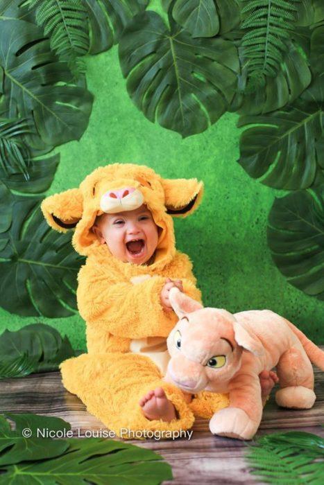 Niño con síndrome de Down, disfrazado como Simba,, fotografía por Nicole Louise Perkins