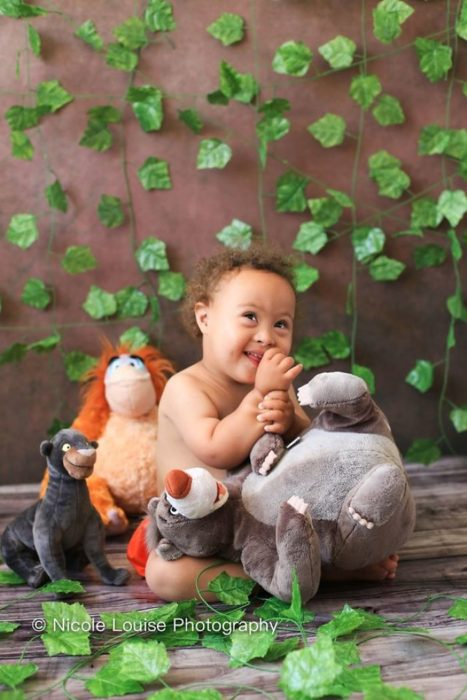 Niños con síndrome de Down, disfrazado como Mowgly, fotografía por Nicole Louise Perkins