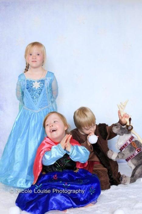 Niños con síndrome de Down, disfrazados como Elsa, Anna y Christof, fotografía por Nicole Louise Perkins