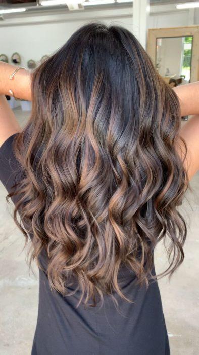 Chica con ondas de sirena de cabello oscuro