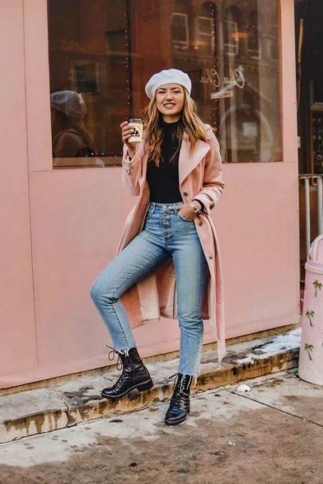 Chica llevando pantalón de tiro alto con gabardina rosa pastel