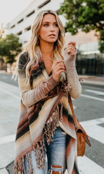 Chica llevando ensamble de suéter a rayas en tonos marrón