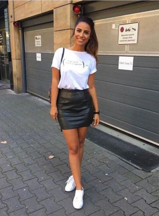 Chica con un outfit casual de falda con tenis