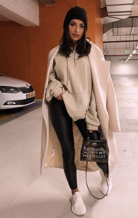 Kylie Jenner con leggins, tenis y sudadera