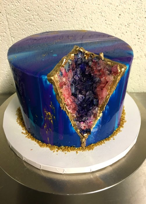 Pastel de boda de cuarzo con colores del universo