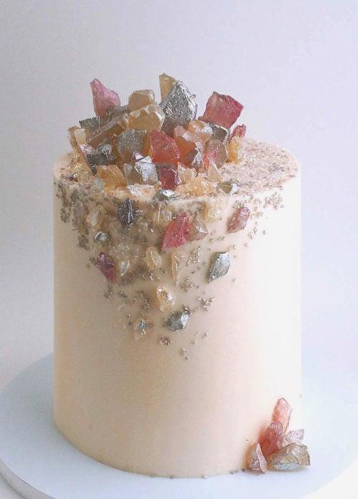 Pastel de boda blanco con cuarzos rosas y grises