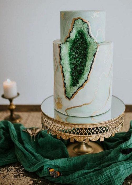 Pastel de boda verde menta, de dos pisos con cuarzo